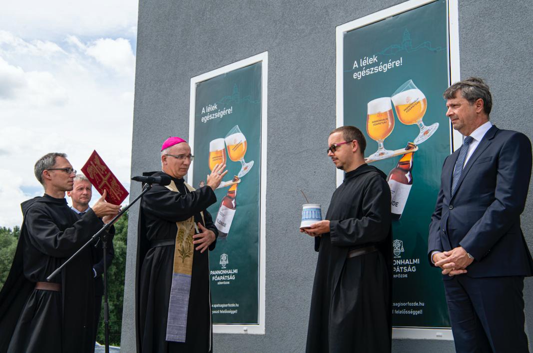 Átadták és megáldották a Pannonhalmi Főapátság sörfőzdéjét